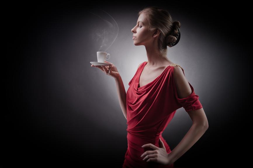 Você conhece as regras de etiqueta para tomar café?