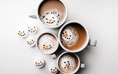 Café com bonecos de neve que flutuam