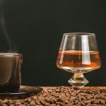 Beber caférealmente reduz o efeito do álcool?
