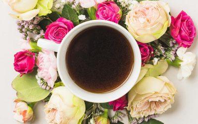 Café com flores para alegrar seu dia!
